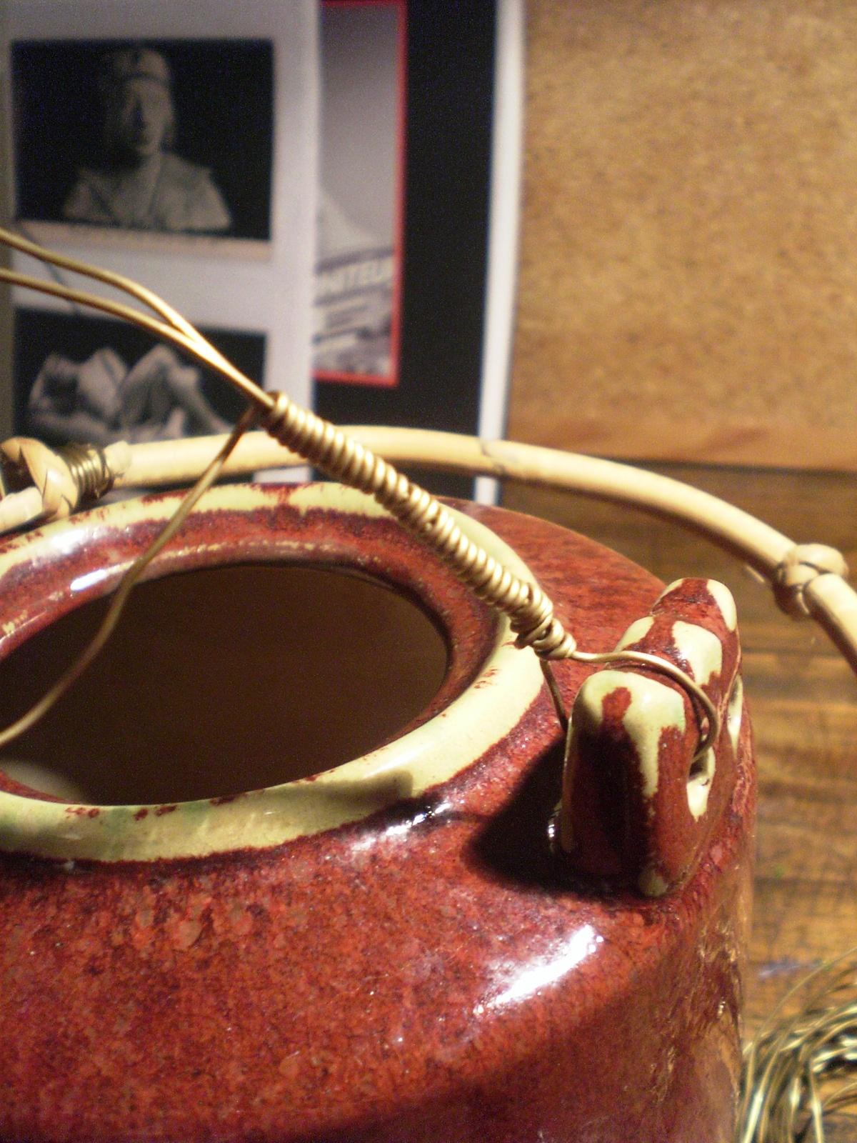 détail de la anse en laiton de la théière orientale