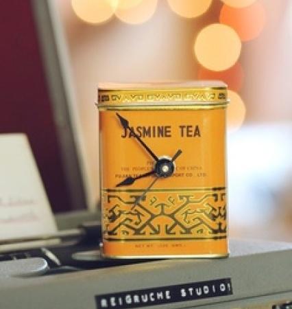 Horloge avec une boîte de thé