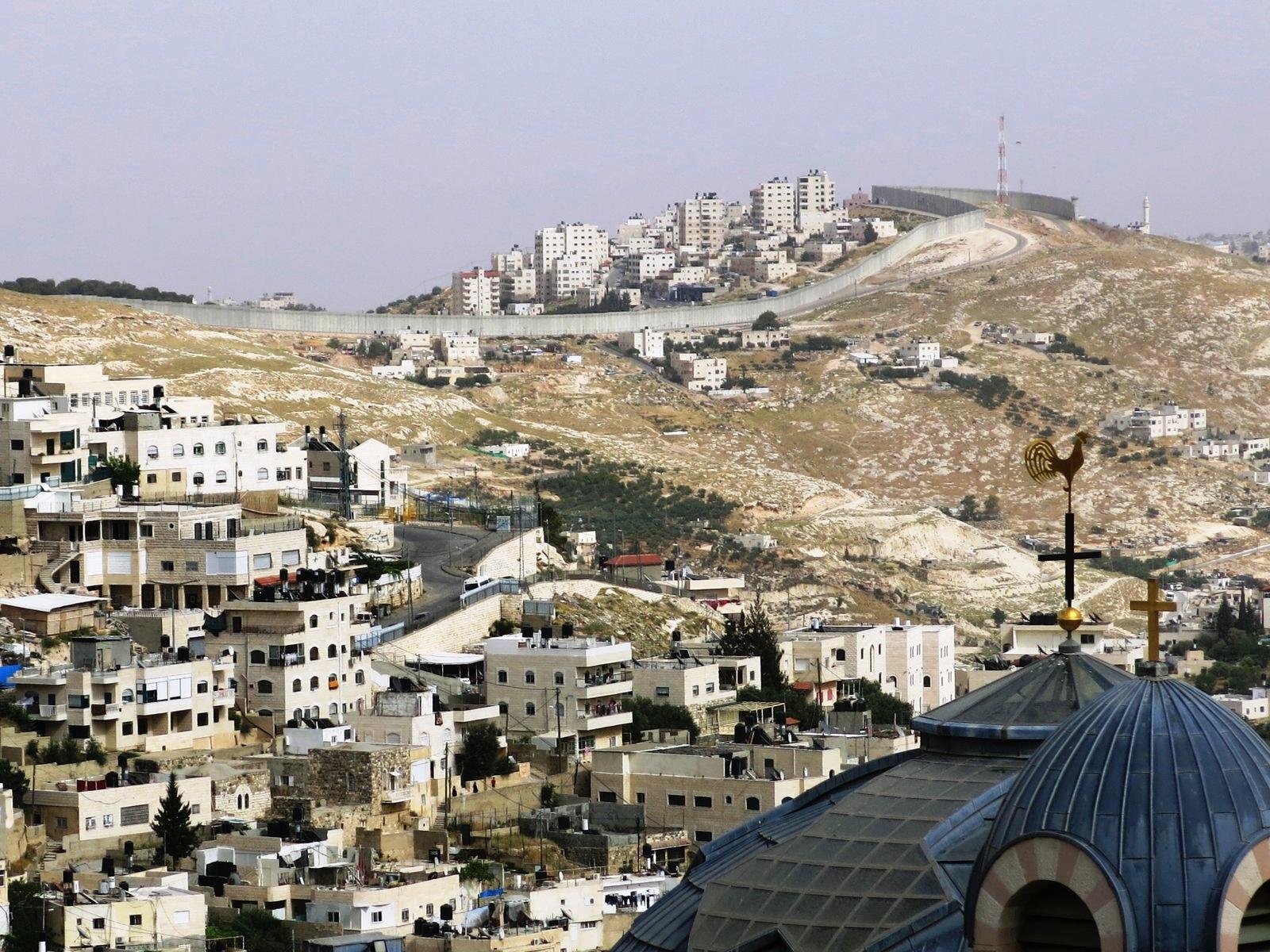 terre sainte en israel Focus Clocher au coq de Saint Pierre en Galicante et au loin le mur de séparation