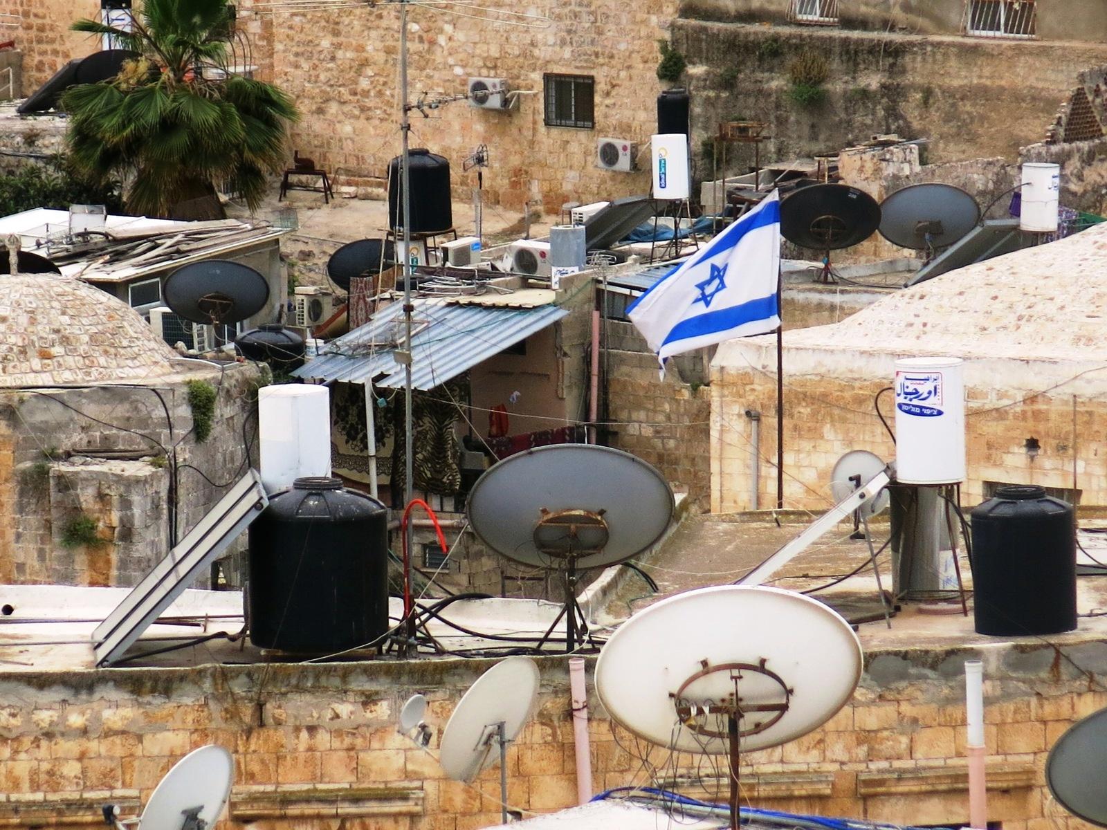 terre sainte en israel Focus Toits de Jérusalem aux multiples paraboles et drapeau israélien