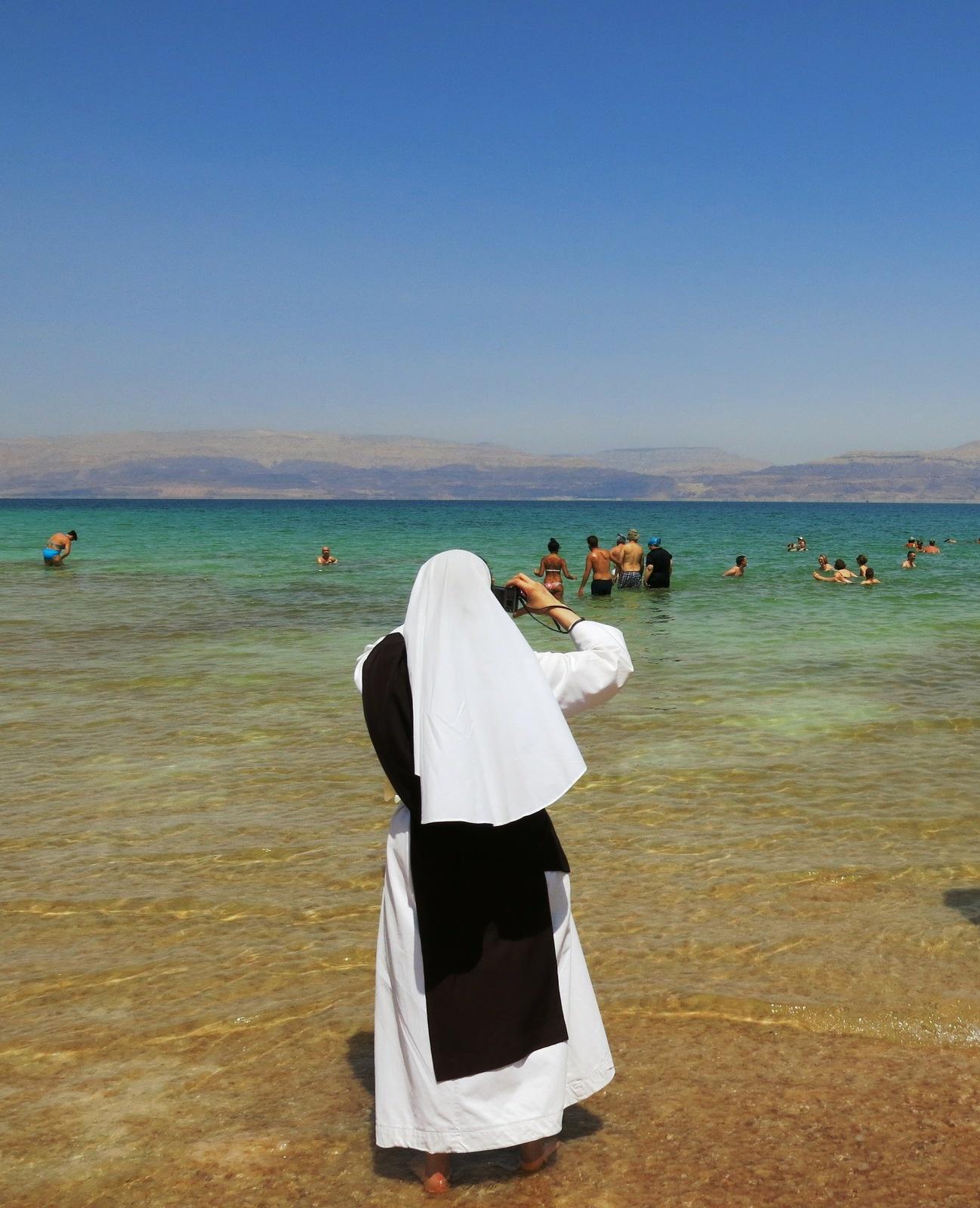 Terre sainte Israël Les gens Une religieuse dans la mer morte