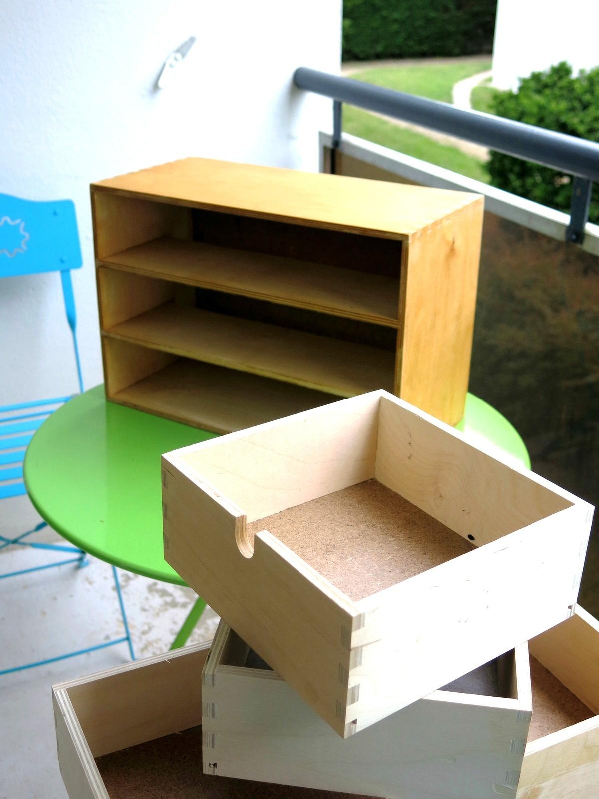 Teinture d'un meuble en bois au café