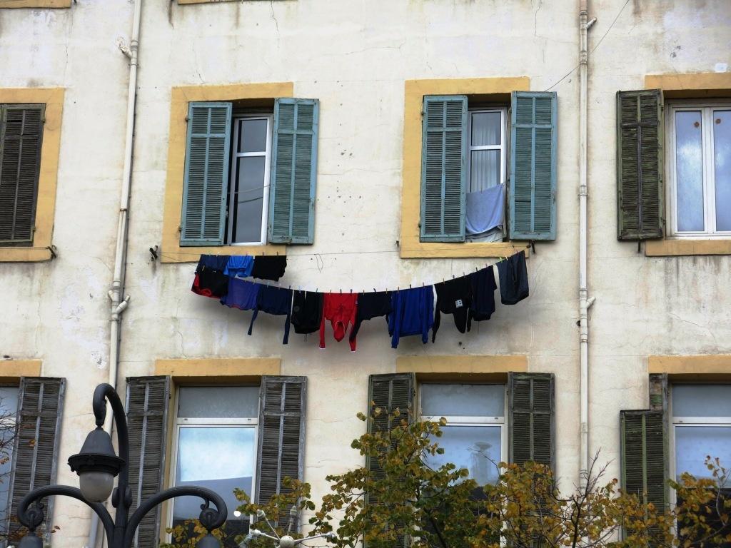 Partout, des fils à linge devant les fenêtres...