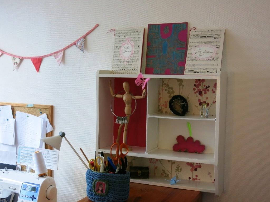 étagère customisée avec du papier peint et de la peinture craie