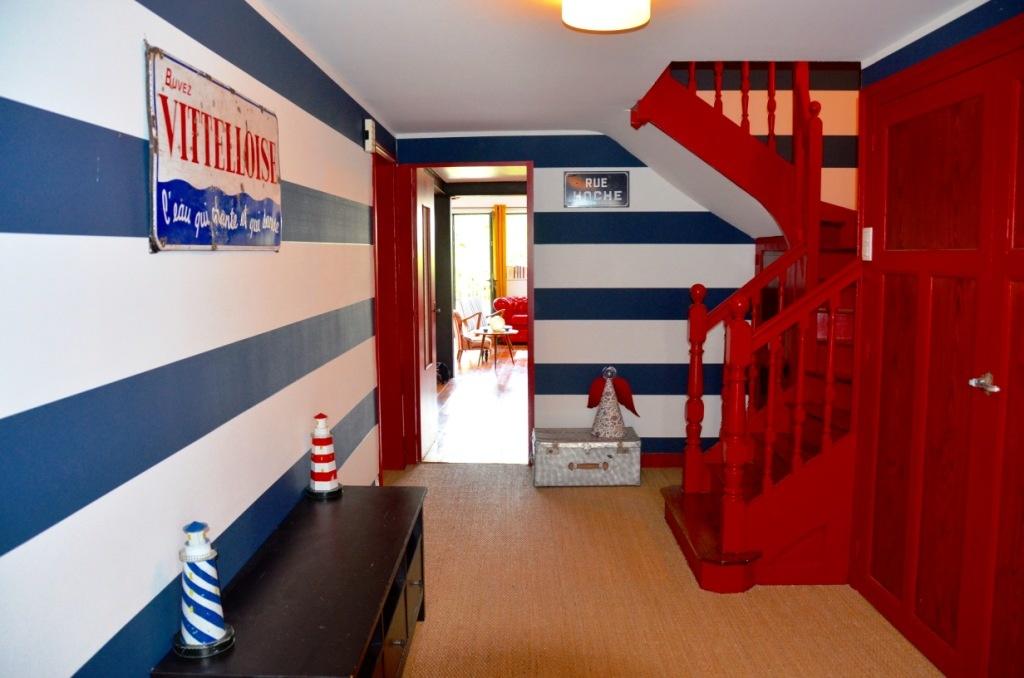 L'entrée rouge et bleue et sa plaque émaillée La Vitteloise assortie
