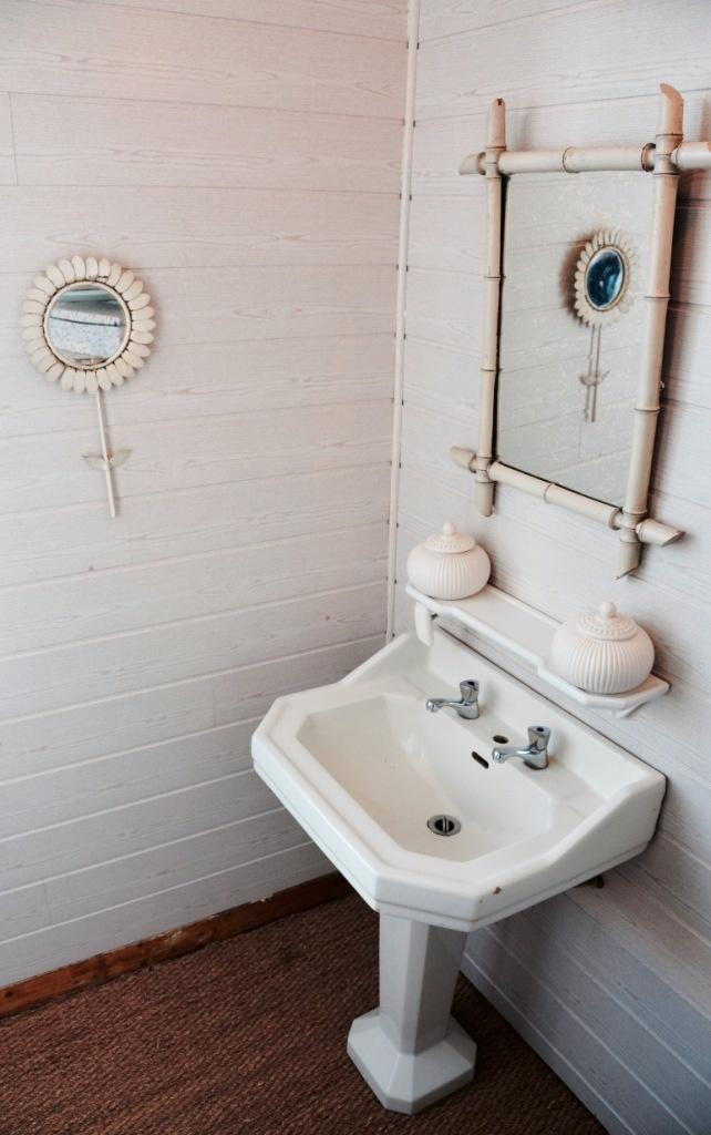 Le lavabo ancien et le cadre en bambou. Du blanc - du blanc - du blanc !