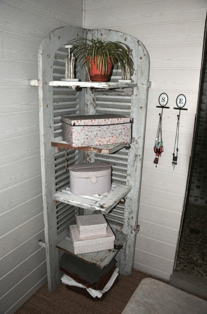 Le meuble de salle de bain en volet persienne