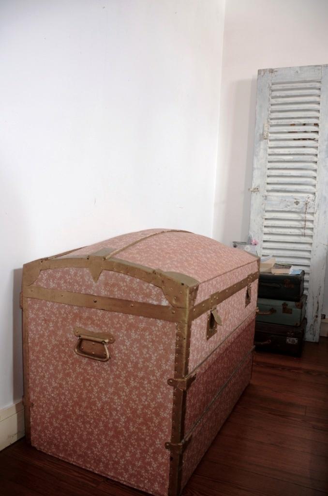 Les volets persienne en déco et la malle ancienne en déco de chambre