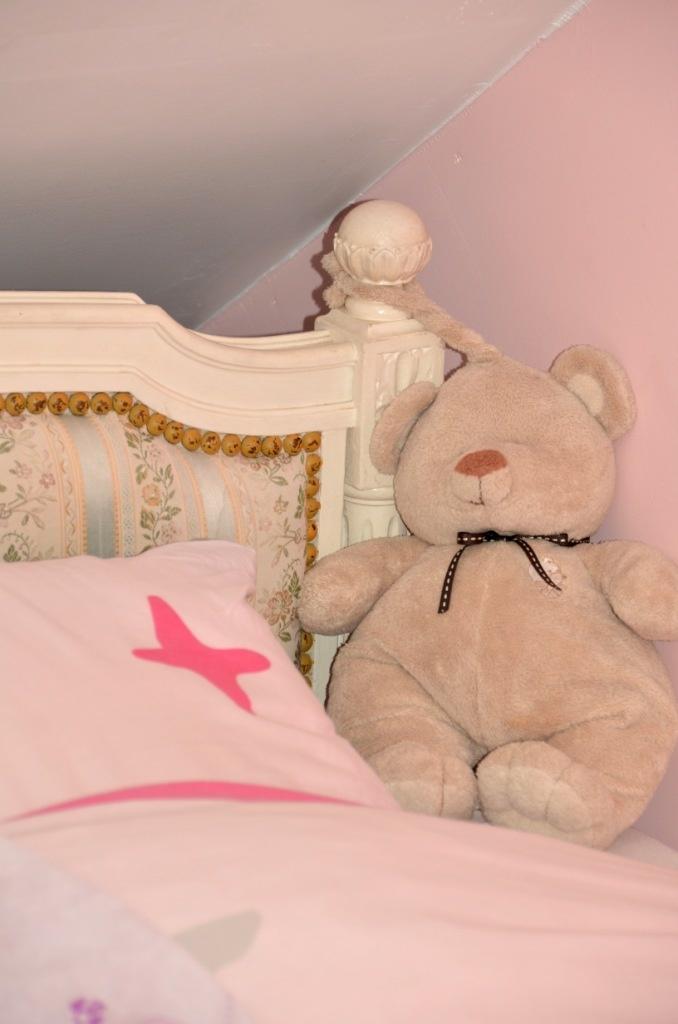 Le lit ancien, parfaitement girly pour une chambre de fille