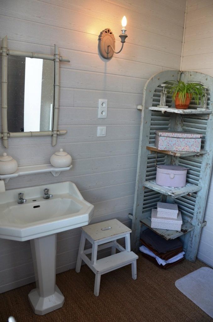 La salle de bain de la suite parentale et son meuble persienne