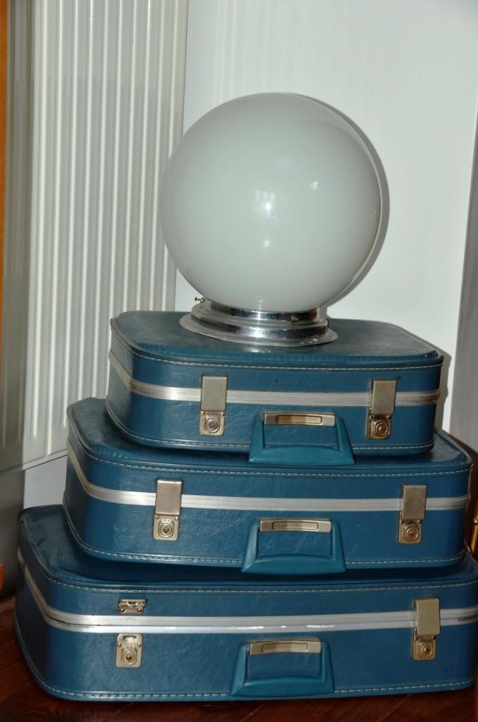 Les valises superposées aux coloris adultes dans le salon