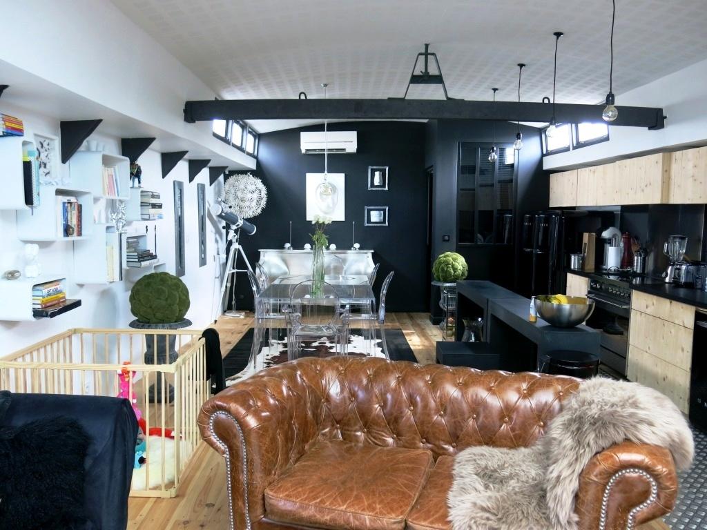 Le salon tout en longueur - péniche en noir et blanc