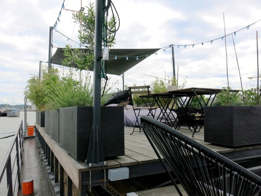 La terrasse, ses herbes aromatiques et ses tables pour profiter du soleil girondin