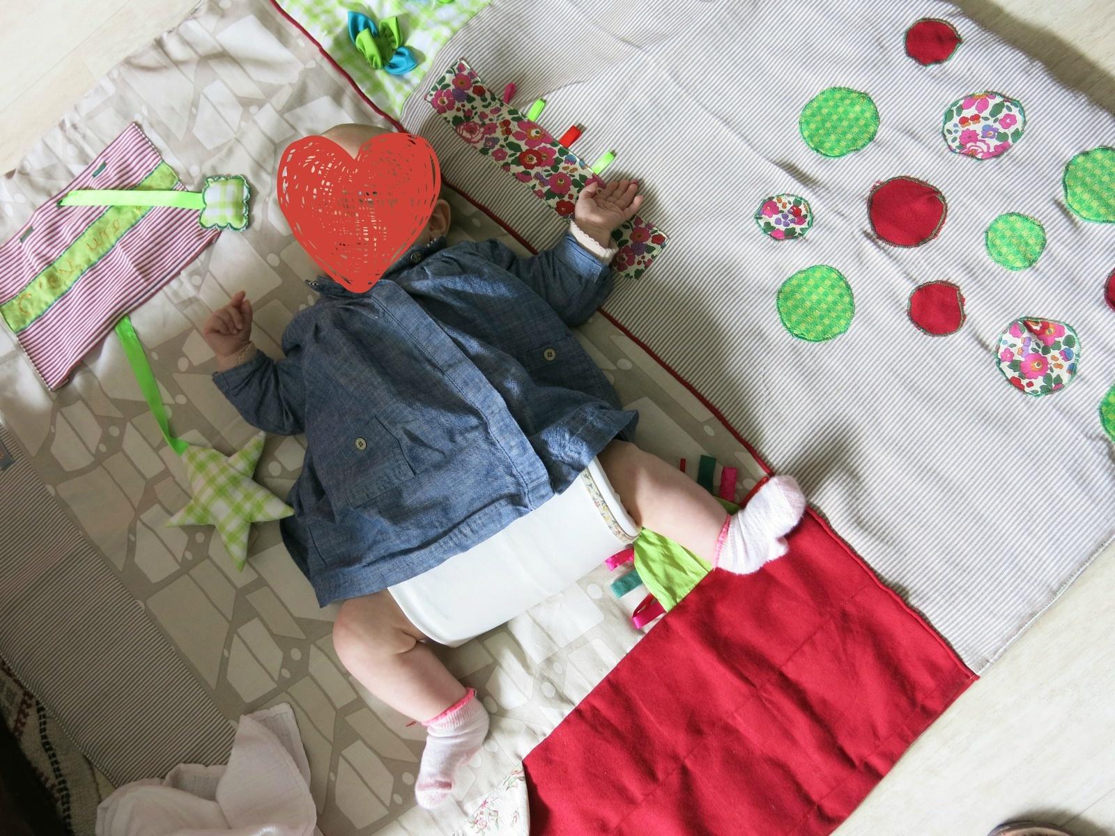 Ma jolie T. et son harnais (sur un tapis d'éveil dont je vous parle bientôt).