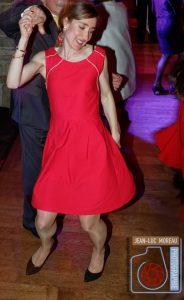 Danser avec une tenue de mariage