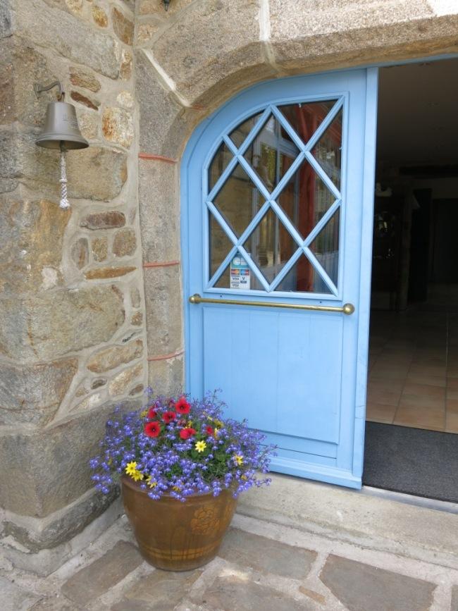 Porte bleue en Bretagne