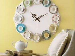 Horloge avec des tasses à thé